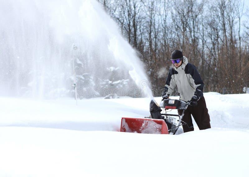 一个人工作雪吹的机器 图库摄影