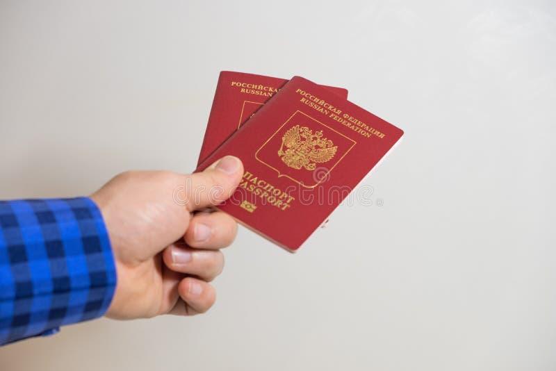 一个人提供俄罗斯联邦的两本外国护照 库存照片