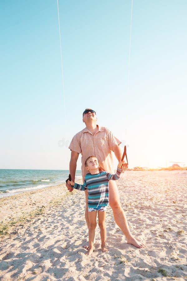 一个人教kitesurfing他的儿子 免版税库存图片