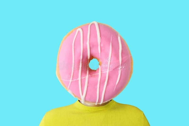 一个人用而不是头的一个多福饼 最小的夏天概念 图库摄影
