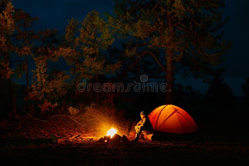 一个人由火在帐篷附近坐贝加尔湖岸  库存图片