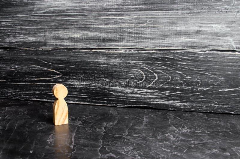 一个人的一个孤立木图在灰色背景站立 一个偏僻的人立场和神色 一个人,缺乏通信 免版税库存图片