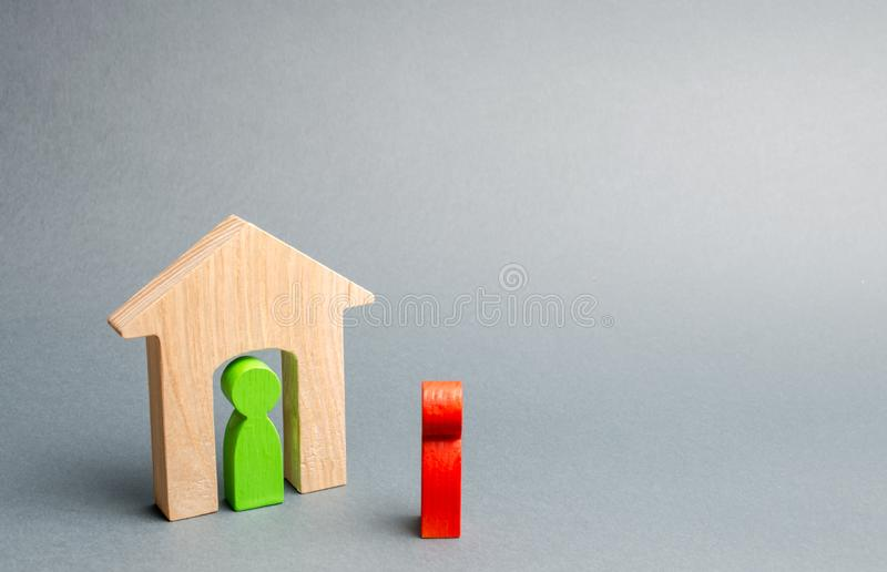 一个人的一个木图遇见一个客人公寓,不动产的概念 买卖公寓,付得起 库存照片