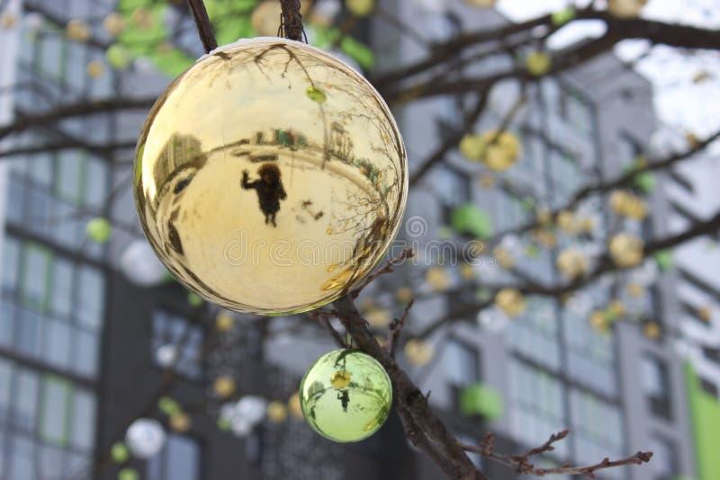 一个人的剪影圣诞节球的反射的 树装饰新年以为背景 库存图片