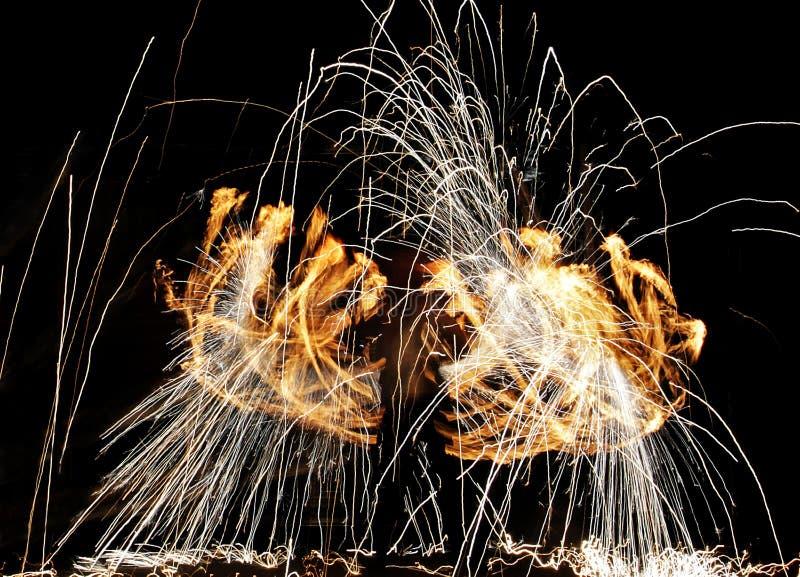一个人的剪影在一个火热的展示期间的 免版税库存照片