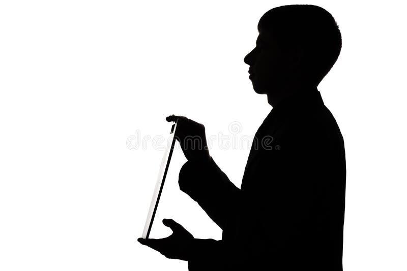 一个人的剪影有一个文件夹的在手上 免版税库存照片
