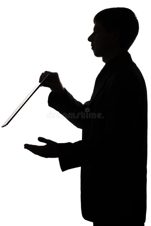 一个人的剪影有工作的在文件夹的报告 免版税库存照片