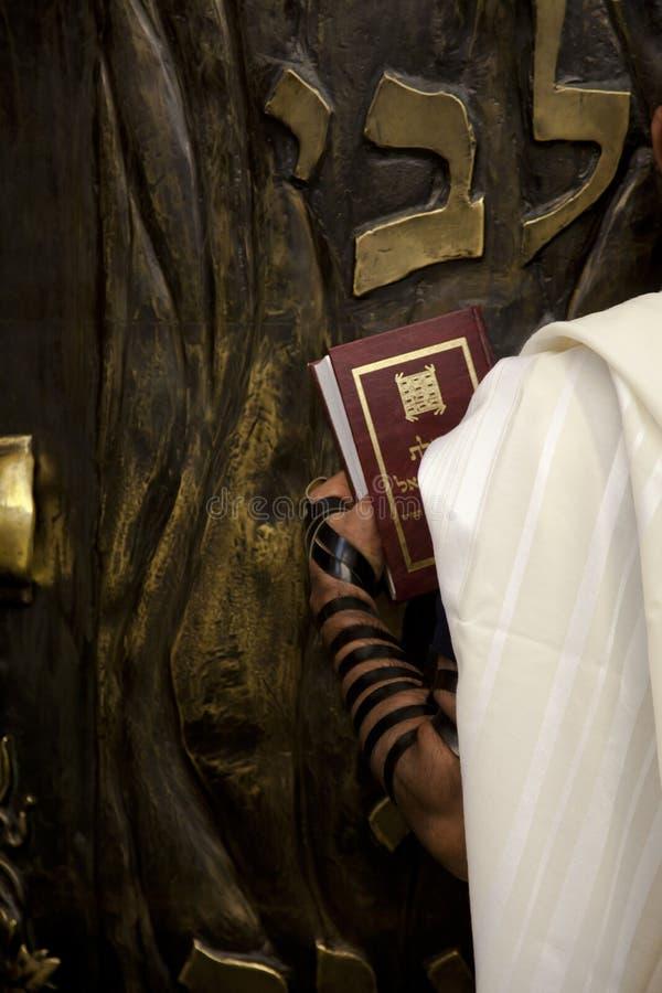 圣经内阁的祈祷的infront 免版税库存照片
