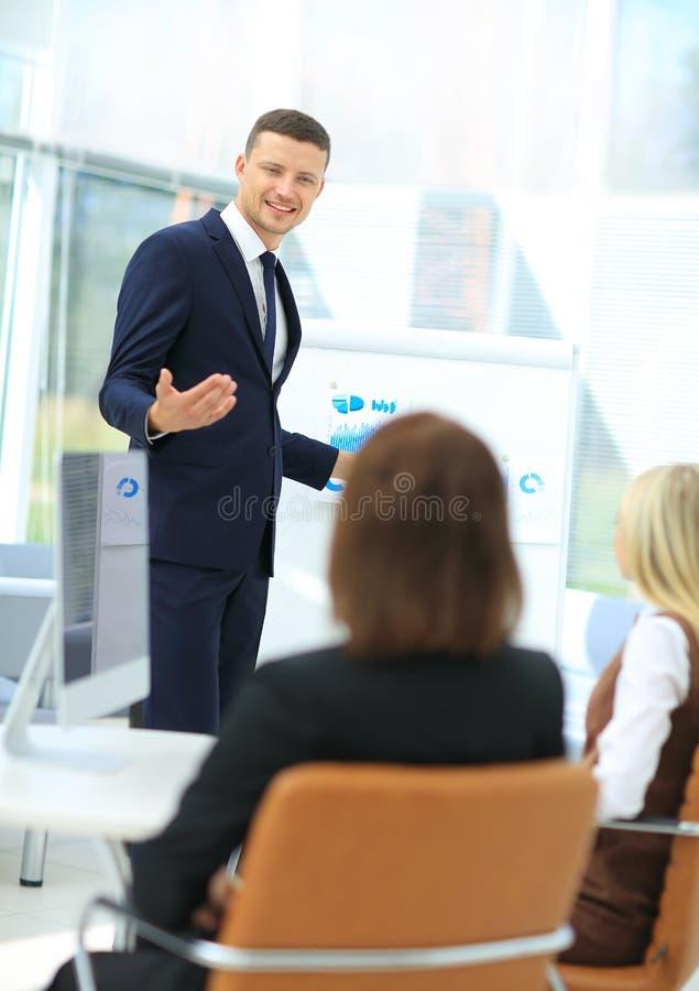 一个人的成功的企业介绍在办公室 库存图片
