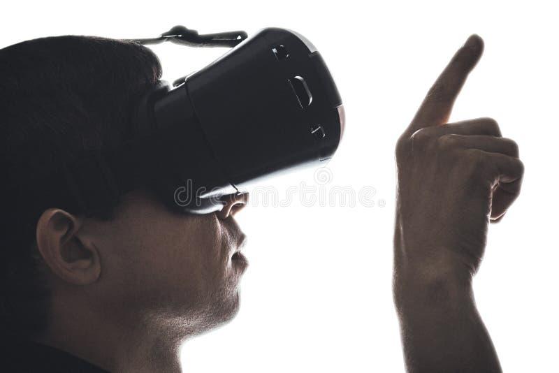 一个人的档案显示由手指的虚拟现实玻璃的 免版税库存图片
