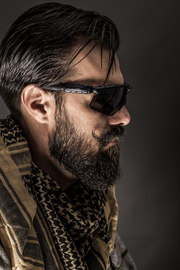 一个人的特写镜头画象有佩带传统阿拉伯人的胡子的 免版税库存图片