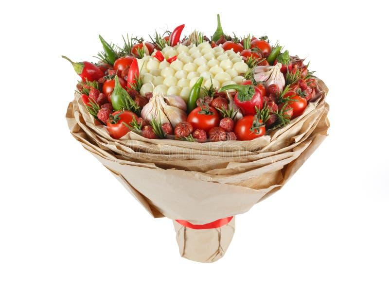 一个人的独特的鲜美可食的礼物以包括香肠、乳酪、蕃茄、胡椒和大蒜的花束的形式被隔绝  图库摄影