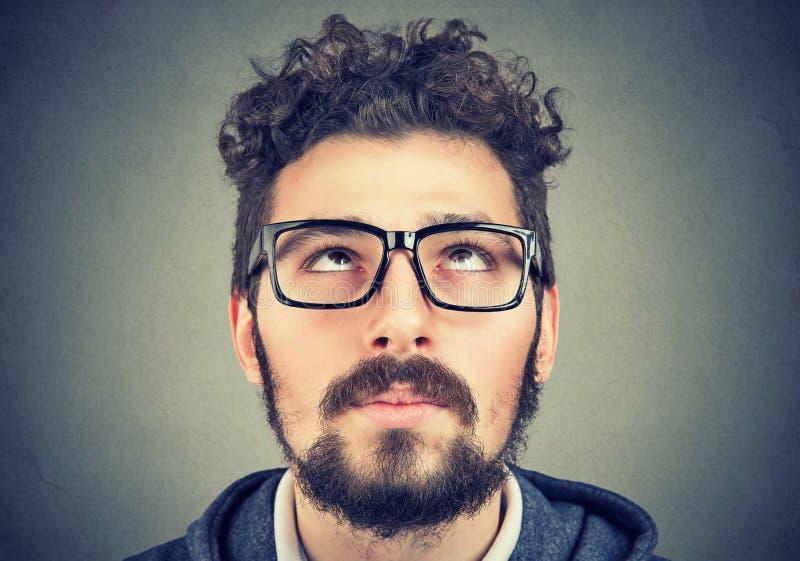 一个人的画象戴查寻的眼镜的 库存照片