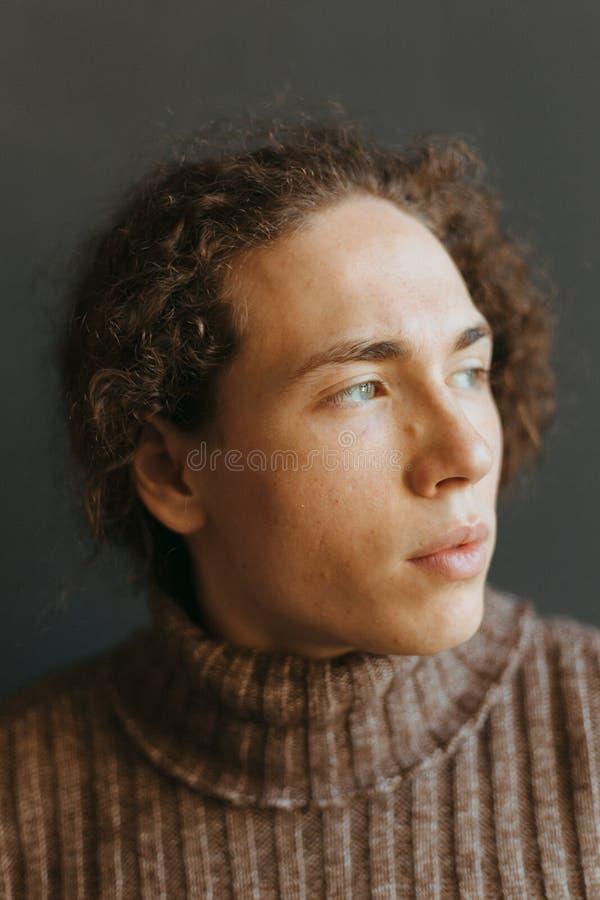 一个人的画象有一件引人注目的外观、卷发和时髦的衣裳的 免版税库存照片