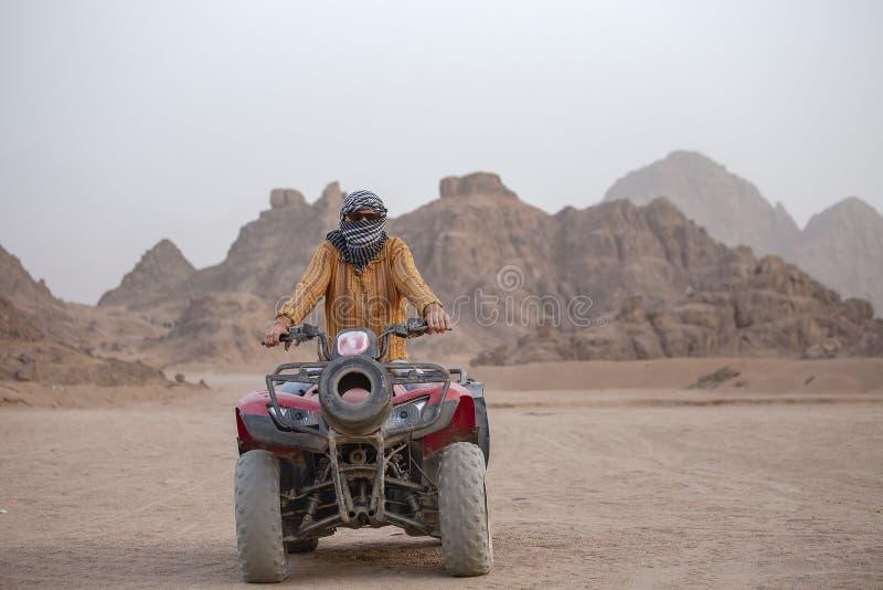 一个人的画象ATV的 在Sharm El谢赫,埃及附近用空铅填自行车徒步旅行队在沙漠 免版税库存照片