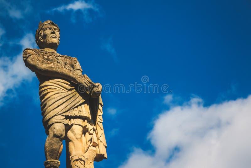 一个人的石雕象有多云蓝天背景 免版税库存图片