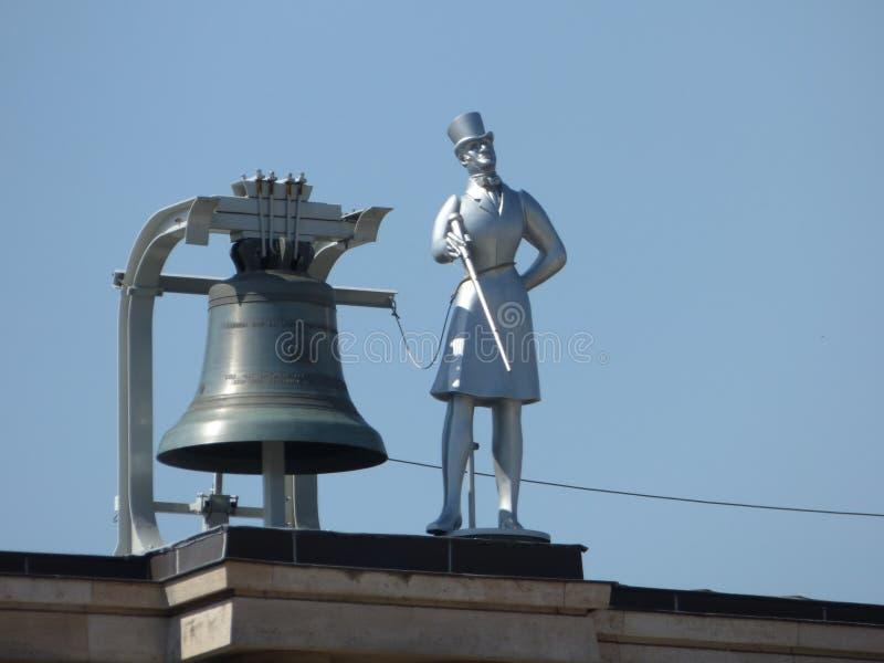 一个人的雕象有响铃的在Mont des艺术在布鲁塞尔 库存照片