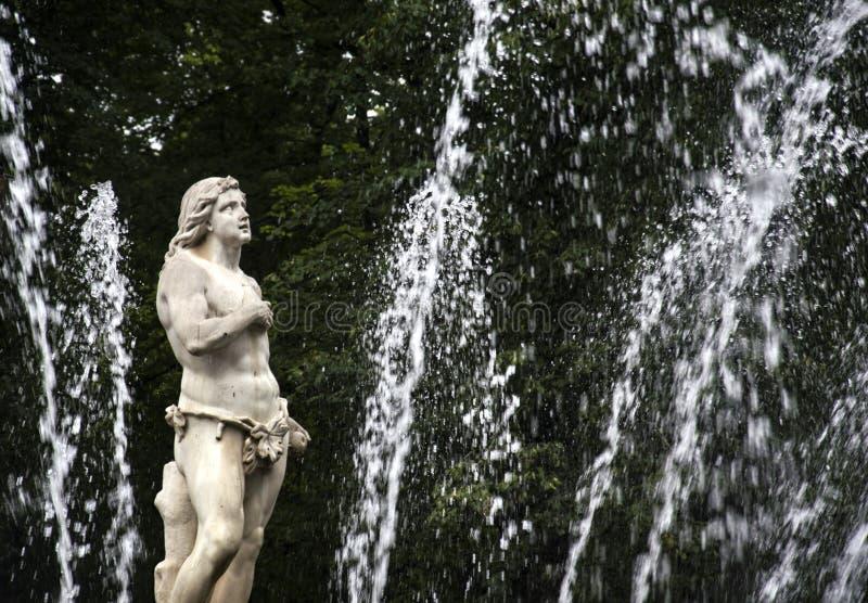 一个人的雕象,喷泉 免版税库存照片