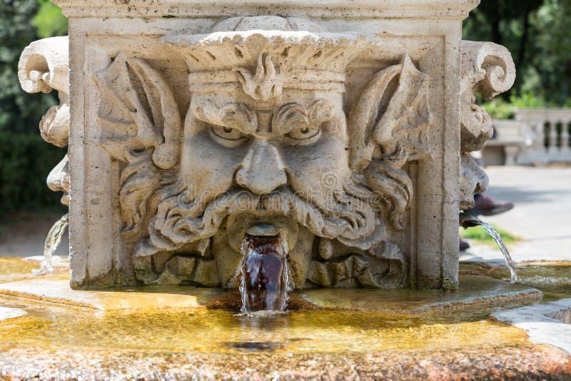 以一个人的头的形式大理石喷泉在别墅Borghese,罗马庭院里  免版税库存照片