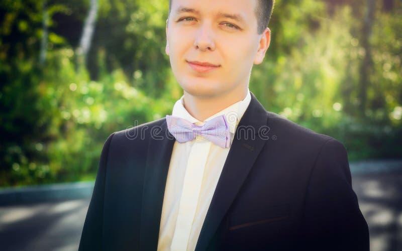 一个人的画象夹克和弓领带的 免版税库存图片