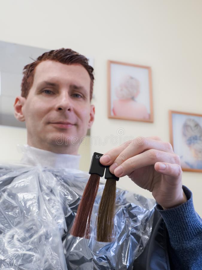 一个人选择油漆染他的头发 图库摄影