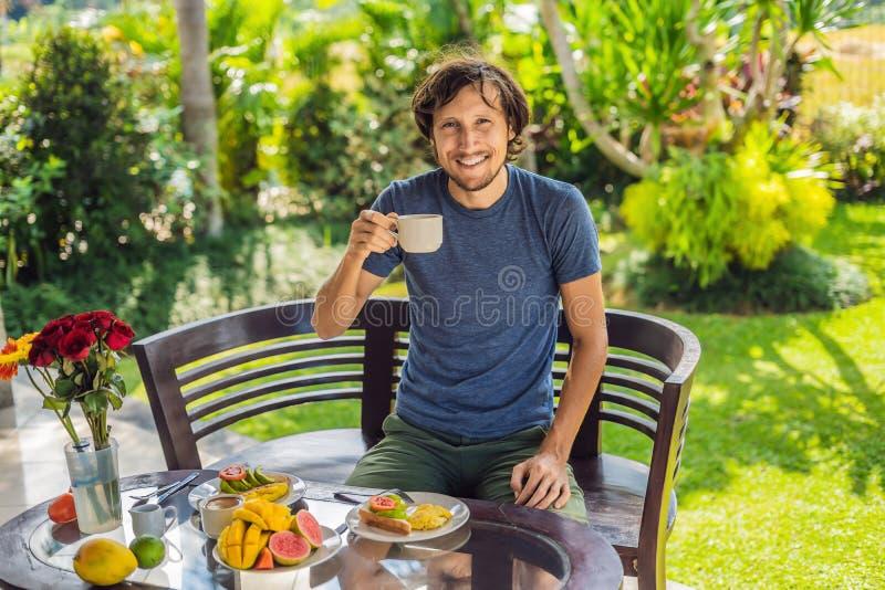 一个人食用在大阳台的早餐 免版税库存照片