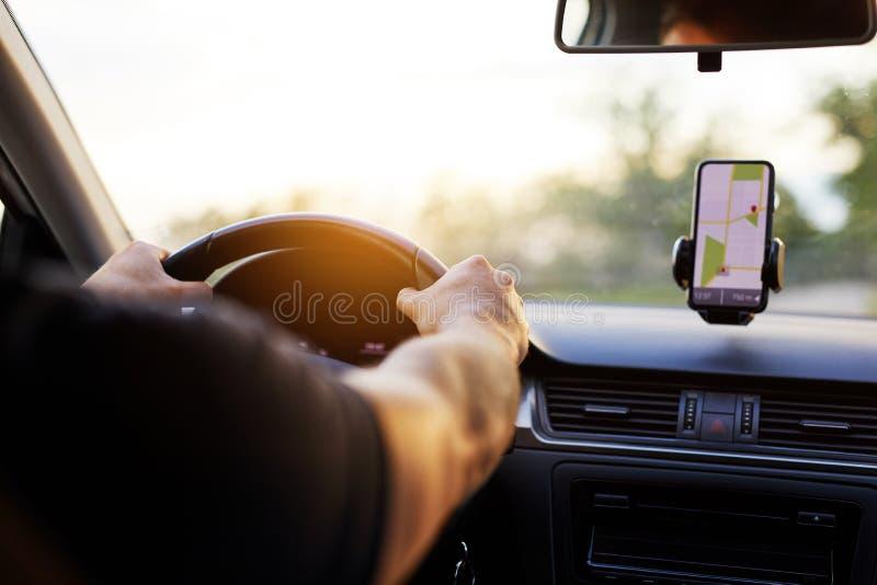 一个人驾驶汽车在日落 库存图片