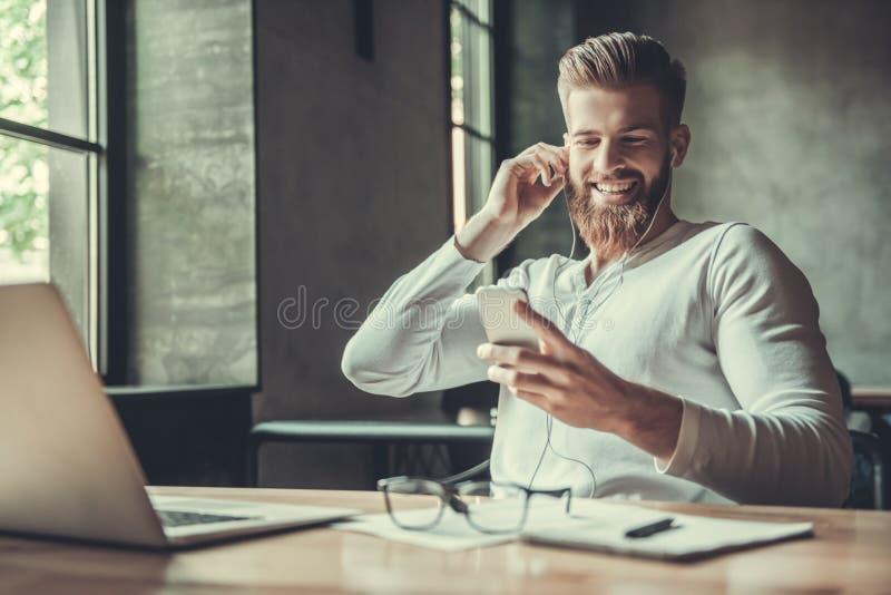 一个人,当工作在办公室时 免版税图库摄影