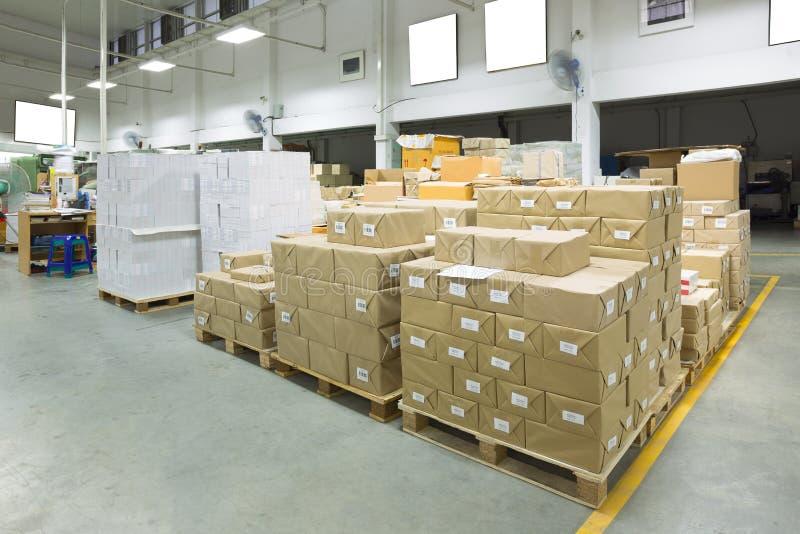 一个仓库的内部有板台堆货机的,箱子 免版税库存照片
