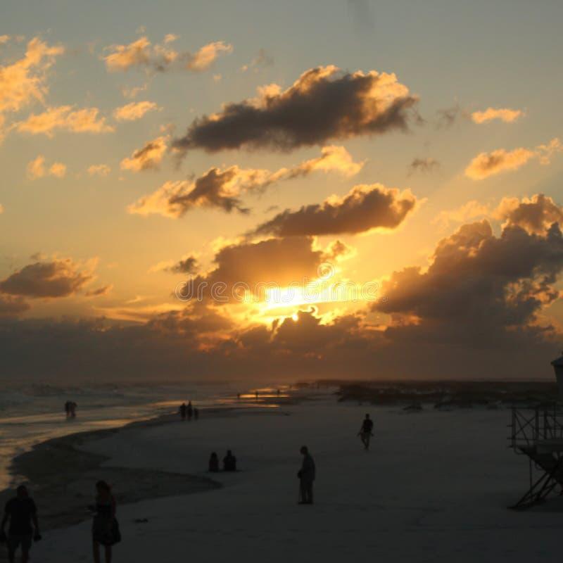 一个伟大的天日落海滩的末端 免版税库存图片