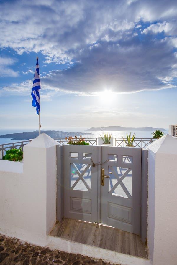 一个传统相称门围场, Ia,圣托里尼,希腊 蜜月夏天爱琴海cycladic背景 免版税库存照片