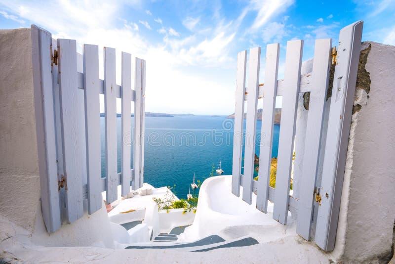 一个传统相称门围场, Ia,圣托里尼,希腊 蜜月夏天爱琴海cycladic背景 免版税图库摄影