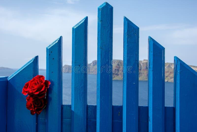 一个传统相称门围场, Ia,圣托里尼,希腊 蜜月夏天爱琴海cycladic背景 图库摄影