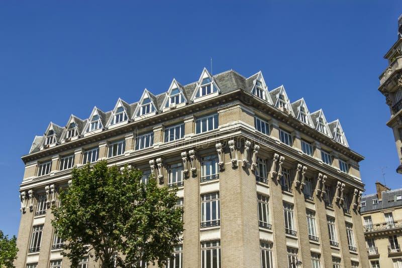 一个传统生存大厦的门面在巴黎 免版税库存图片