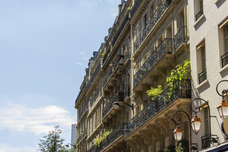 一个传统生存大厦的门面在巴黎 库存图片
