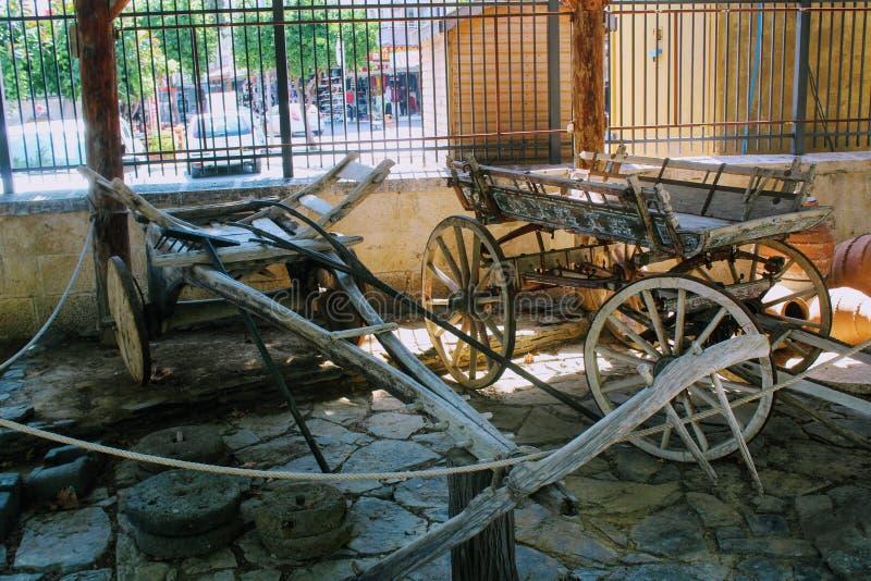 一个传统马推车在阿拉尼亚考古学博物馆土耳其的庭院里 免版税库存图片