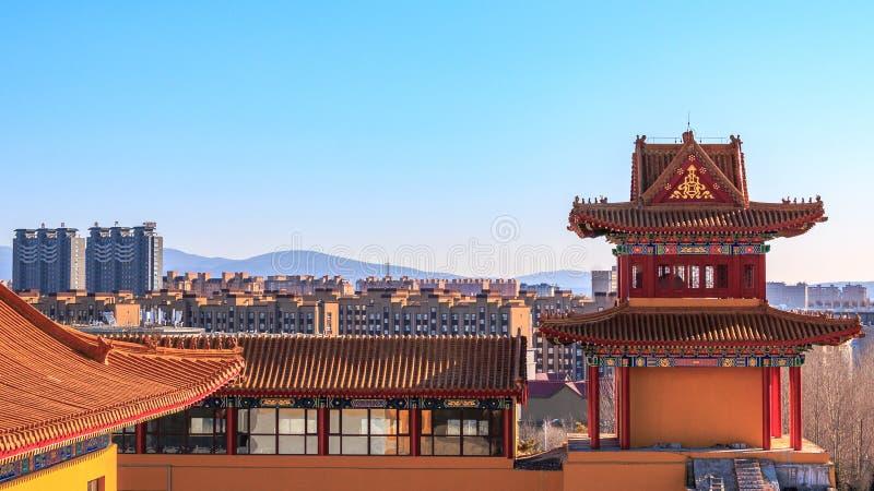 一个住宅区的都市风景视图从灵宝寺庙的在珲春,中国,吉林北部省的  库存照片