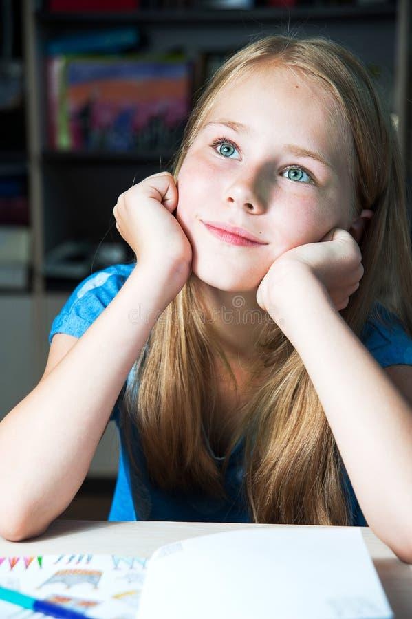 一个作的美丽的小女孩的特写镜头图象 库存图片