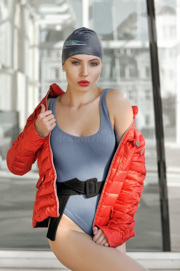 一个俏丽的女孩的画象在泳帽穿戴了 图库摄影