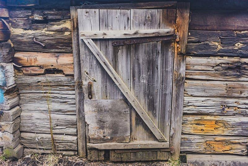 一个倒塌的谷仓的老木门 库存照片