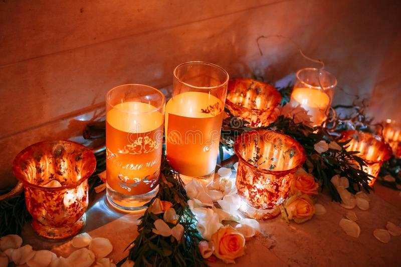 一个假日蜡烛和玫瑰花瓣的装饰 库存图片