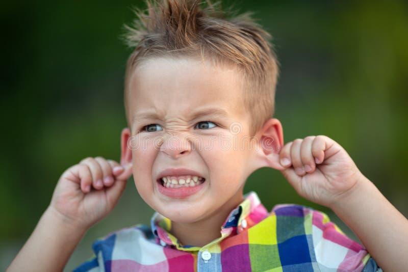 一个做鬼脸的孩子 免版税库存图片
