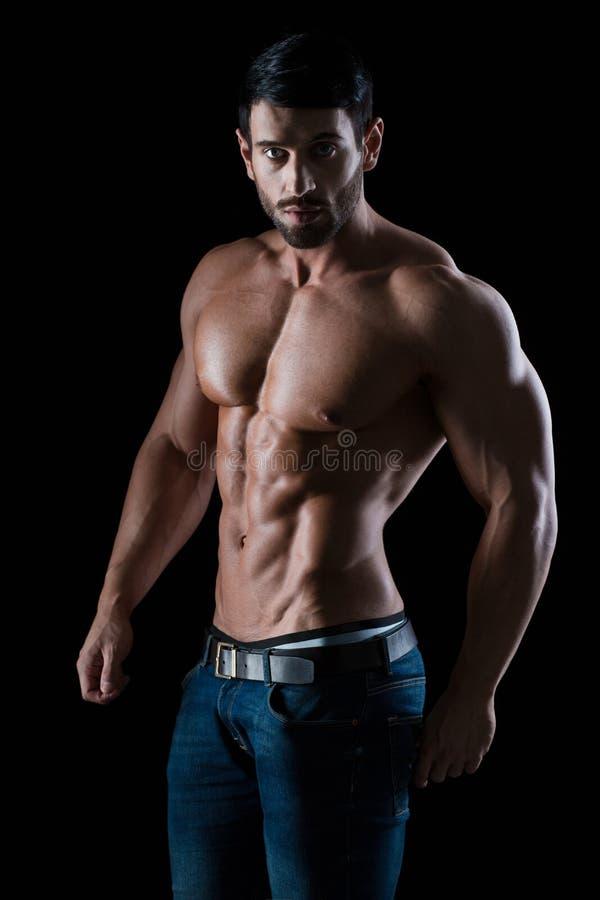 一个健身人的画象有强健的身体的 免版税库存图片