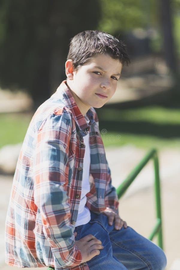 一个偶然青少年的男孩的画象,户外 免版税图库摄影
