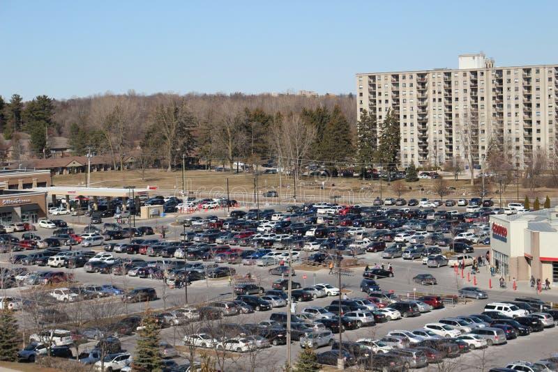 一个充分的好市多停车场在一繁忙的星期六购物天 免版税库存图片