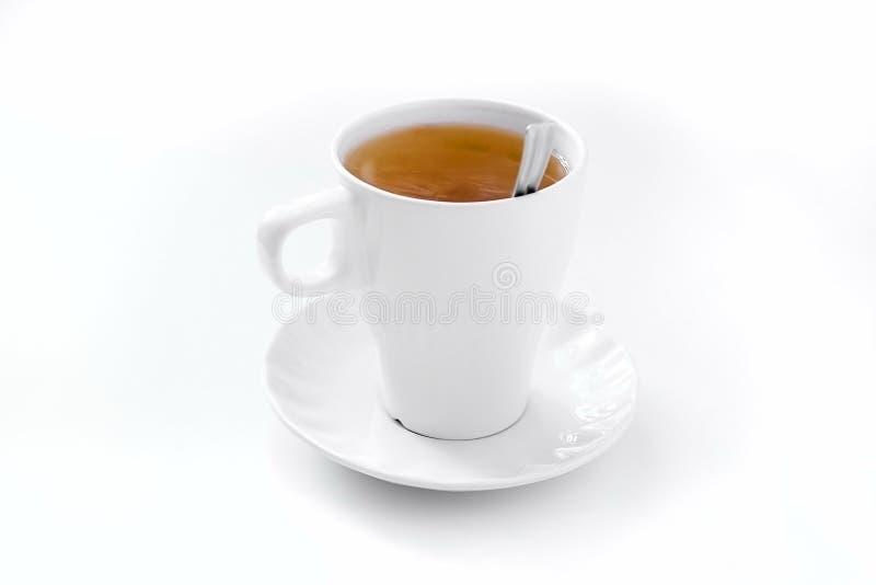 一个充分的杯子与一个茶碟和一把匙子的酿造的红茶在wh 库存图片