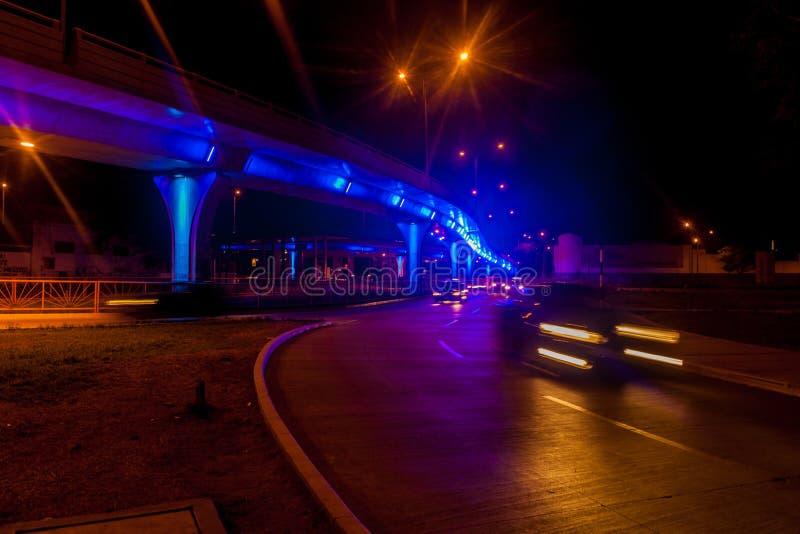 一个公路交通的夜视图在特鲁希略角,Pe 图库摄影