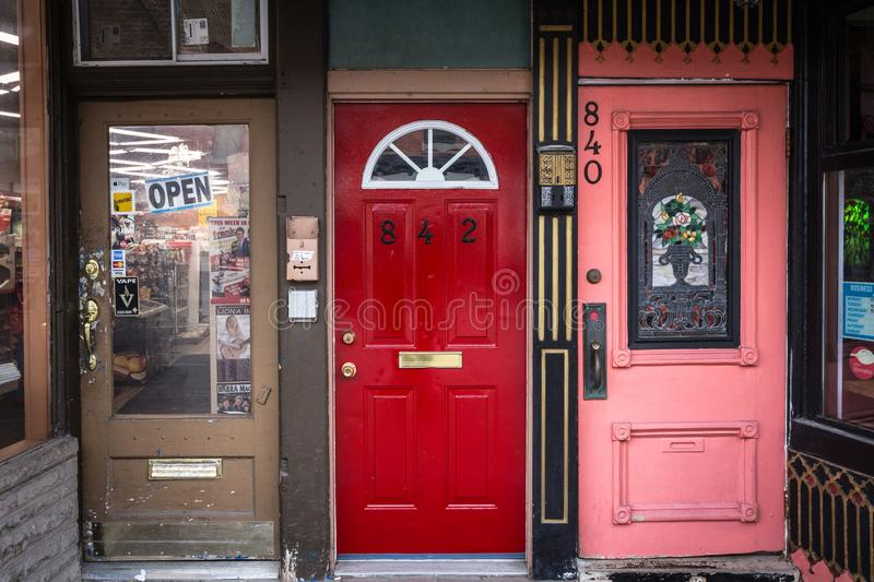 一个共有的单独木房子的进口在Glebe的住宅区,便利店能被看见 图库摄影
