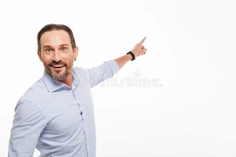 一个兴奋成熟人的纵向 免版税库存图片