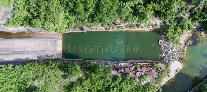 一个具体水坝顺流倾斜的全景鸟瞰图 免版税库存图片